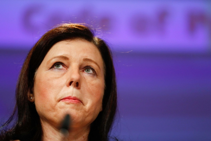 Komission varapuheenjohtaja Vera Jourovan mukaan Puolalla on aikaa 16. elokuuta asti korjata tilanne. LEHTIKUVA/AFP