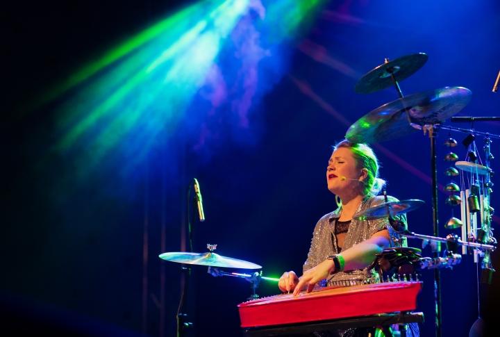 Multi-instrumentalisti Maija Kauhanen esiintymässä Kihaus Folk-festivaalilla vuonna 2019.