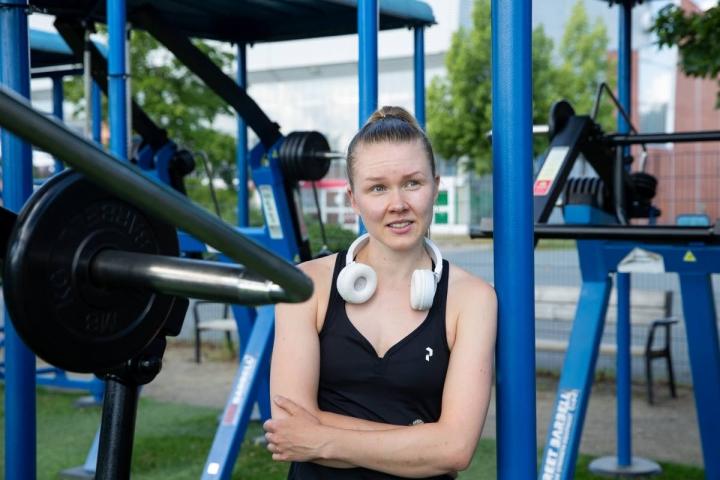 Mehtimäellä perjantaiaamuna treenaamassa ollut Roosa Pajari käy ulkokuntosalilla kaksi kolme kertaa viikossa. Noljakan ulkokuntoilualue on hänen mielestään parempi.
