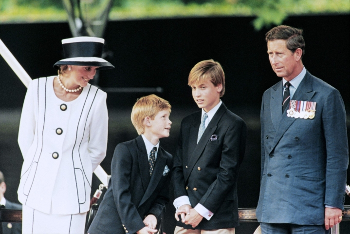 Nykyisin edesmennyt prinsessa Diana (vas.), prinssi Harry, prinssi William ja prinssi Charles vuonna 1995. LEHTIKUVA / AFP