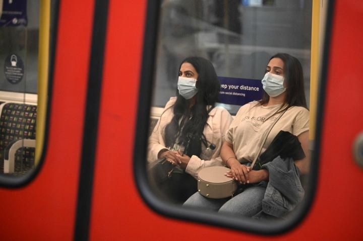 WHO kehottaa valtioita varovaisuuteen koronarajoitusten purussa. Kuva Lontoon metrosta. LEHTIKUVA/AFP