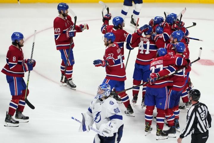 Montreal Canadiensin Josh Anderson (numero 17) saa riemukkaat onnittelut joukkuetovereiltaan tehtyään tärkeän voittomaalin Tampa Bayta vastaan. LEHTIKUVA/AFP