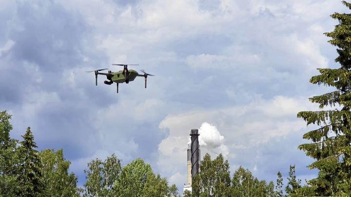 Stora Enson Imatran-tehtaalla itsenäisesti toimiva drooni valvoo hakekasojen lämpötiloja. Se ei edellytä suoraa näköyhteyttä ohjaajalta.