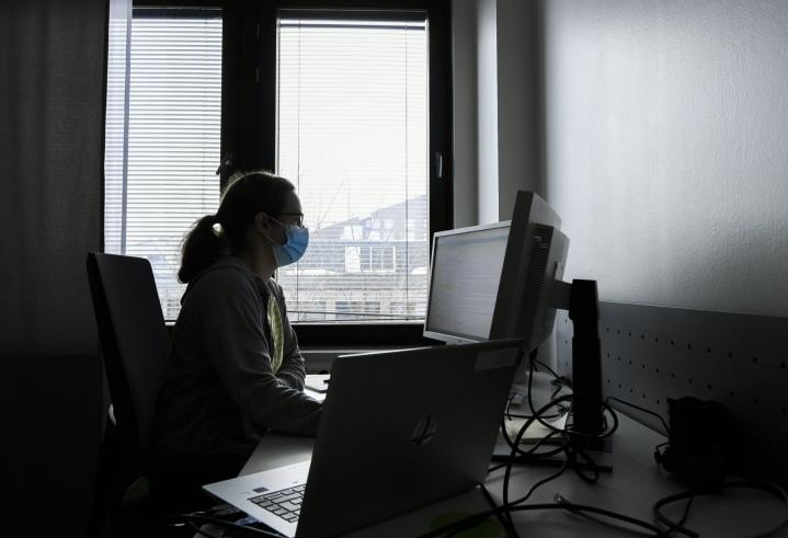 Koronajäljittäjä työssään Vantaan kaupungin tartunnanjäljityksessä viime keväänä. LEHTIKUVA / MARKKU ULANDER