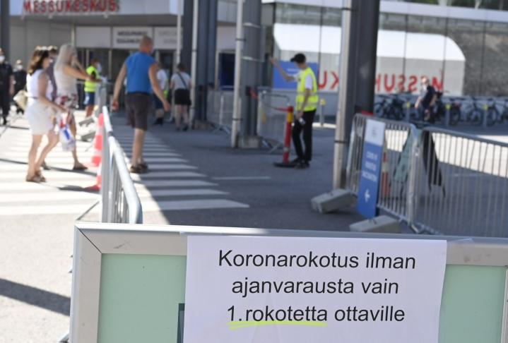 Ihmisiä menossa ottamaan koronavirusrokotetta Helsingin messukeskukseen. Kaikkiaan koronavirustartuntoja on raportoitu Suomessa yli 100300. LEHTIKUVA / JUSSI NUKARI