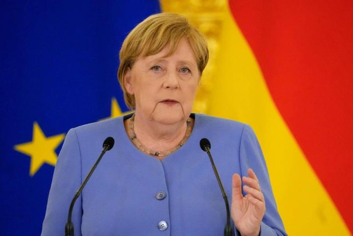Merkel kommentoi asiaa Ukrainan presidentin Volodymyr Zelenskyin kanssa pitämässään tiedotustilaisuudessa. LEHTIKUVA / AFP