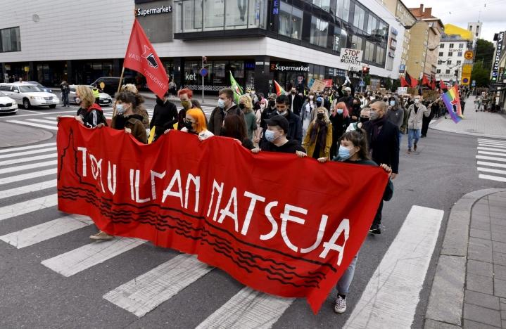 Toisen mielenilmauksen järjestää Turku ilman natseja -työryhmä. Lounais-Suomen poliisin mukaan mielenilmauksen voi nähdä olevan vastamielenosoitus Kansallismielisen liittouman tapahtumalle. LEHTIKUVA / HEIKKI SAUKKOMAA