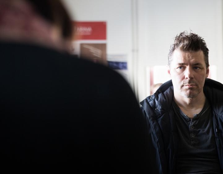 Näyttelijä, ohjaaja ja näyttelijäntyön opettaja Janne Hyytiäinen esiintyy toteuttamassaan fuckfuck-näyttämöteoksessa. Kuvassa Hyytiäinen vuonna 2018.