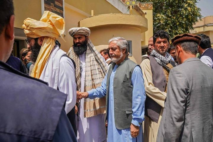 Talebanin neuvottelutiimiä johtava Anas Haqqani (toinen vas.) tapasi Afganistanin ex-ulkoministerin Abdullah Abdullahin (kesk.) viime viikolla.