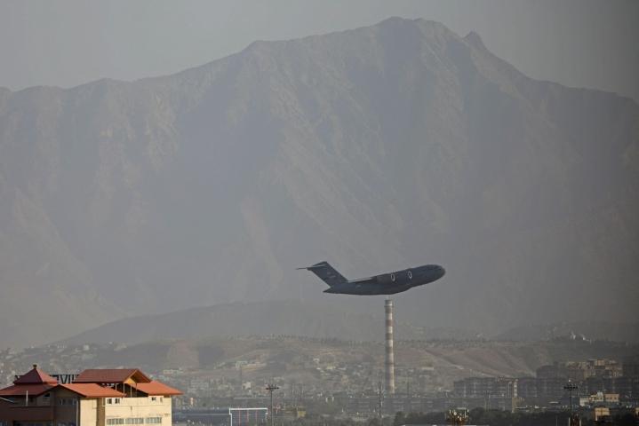 Varhain lauantaina Kabulin lentokentällä kerrottiin olevan noin viisi tuhatta ihmistä odottamassa evakuointia. LEHTIKUVA/AFP
