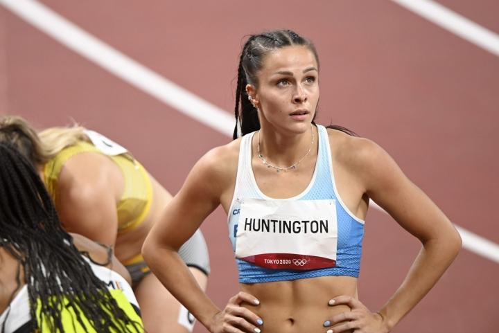Suomen Maria Huntington seitsenottelun 200 metrin juoksun jälkeen Tokiossa 4. elokuuta. LEHTIKUVA / HEIKKI SAUKKOMAA