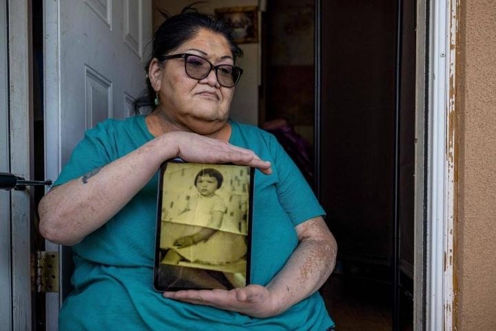 60-vuotias Jacqueline Frost pakotettiin pikkutyttönä omaksumaan valkoisen tytön rooli asuineen. Coloradolainen Frost kertoo tätinsä, joka johti sisäoppilaitosta, käyttäneen häneen rajua väkivaltaa.