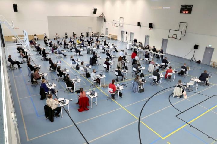 Joensuun uusi kaupunginvaltuusto kokoontui ensimmäisen kokoukseensa Nepenmäen koulun salissa.
