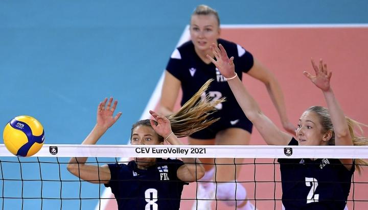 Suomen Kaisa Alanko (vas.), Piia Korhonen (takana) ja Anna Czakan puolustivat torstaina lentopallon naisten EM-kilpailujen ottelussa Ruotsia vastaan. LEHTIKUVA / SICA SZABO