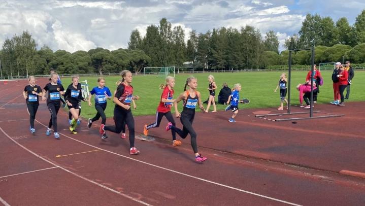 12- ja 13-vuotiaiden tyttöjen 800 metrin juoksu. 12-sarjan ykkönen Pinja Stenberg kärjessä, 13-sarjan Martta Muuttoranta kolmantena.