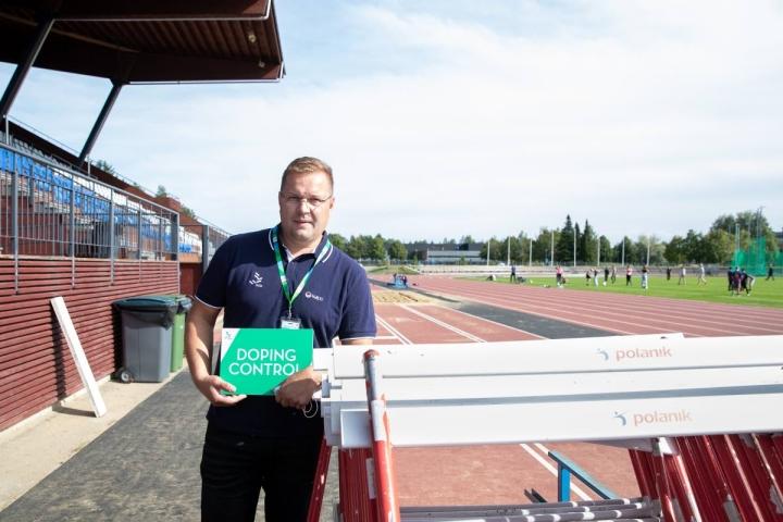 Matti Silvennoinen on SUEKin valtuuttama dopingtestaaja. Testaajaksi urheilumieheksi itseään kuvaava Silvennoinen päätyi sattuman kautta.