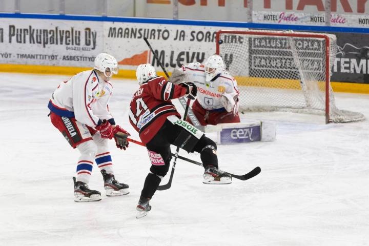 Joensuun Kiekko-Pojat ja Kajaanin Hokki pelaavat vastakkain perjantaina Suomen cupin ottelussa Kontiolahdella. Kuva joukkueiden kohtaamisesta viime maaliskuulta.