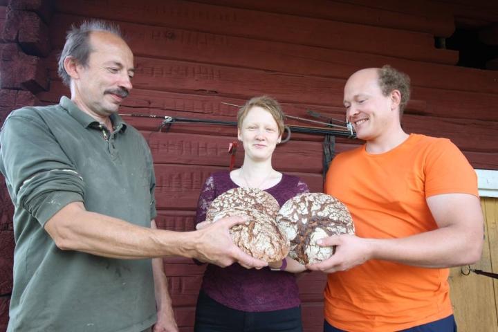 Vesa Karttunen ja Hanna ja Juha Tukiainen tuntevat toisensa ja voivat luottaa toistensa osaamiseen. Siitä syntyy hyvä yhteistyö ja kuluttajalle maukasta ruisleipää.