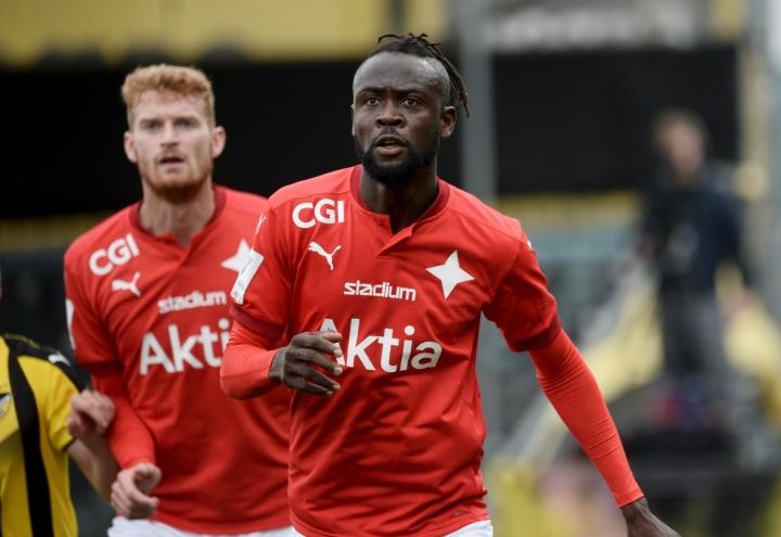 HIFK:n Kei Kamara viimeisteli kaksi maalia. Taustalla Matej Hradecky. Lehtikuva / Mikko Stig