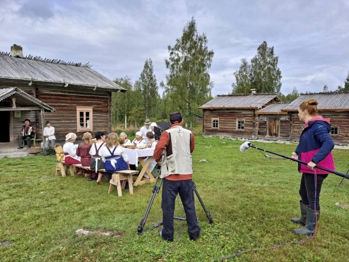 Elokuvan tekijät Jussi Haapalainen, Riina-Liisa Orenius ja Pentti Kallinen kuvasivat tiistaina Ellin pruasniekkaa Murtovaaralla.