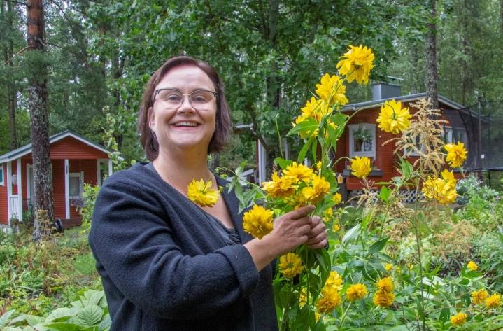 Johanna Turunen muistaa, kuinka hänen isänsä, Karjalan Heilin markkinointipäällikkö Erkki Turunen sai 50-vuotislahjaksi valtavan määrän kukkakoreja. Johannalle parhaita kukkia ovat oman mökkipihan kultapallot.