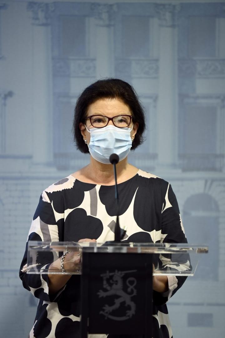 Sosiaali- ja terveysministeriön strategiajohtaja Liisa-Maria Voipio-Pulkki kertoi, että koronatapausten määrä on kääntynyt laskuun, mutta epidemiatilanne on yhä epävakaa. LEHTIKUVA / Antti Aimo-Koivisto
