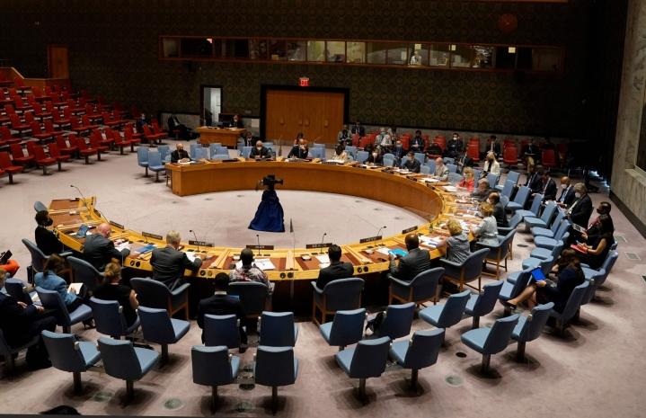 YK:n turvallisuusneuvoston 15 jäsenestä 13 äänesti päätöslauselman puolesta. Kaksi jäsentä, Venäjä ja Kiina, pidättäytyivät äänestämästä. LEHTIKUVA/AFP