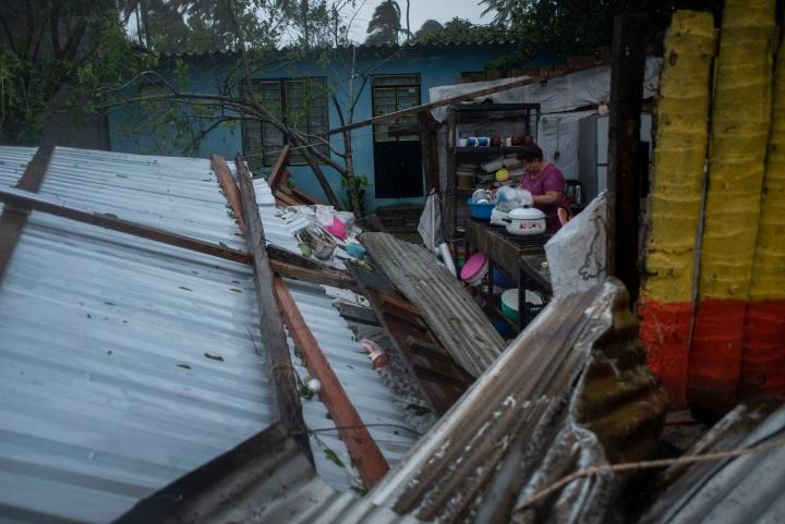 Hurrikaani vaurioitti asutusta ja aiheutti tulvia sekä laajoja sähkökatkoja. LEHTIKUVA / AFP