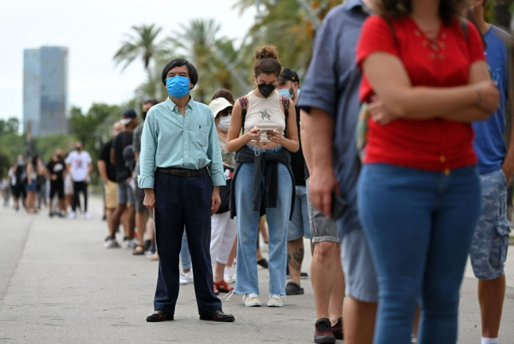 Valtaosa EU:n jäsenmaista on noudattanut unionin ohjeistusta matkustusrajoituksista pandemian aikana. Kuvassa koronarokotteen jonotusta Espanjan Barcelonsassa. LEHTIKUVA / AFP