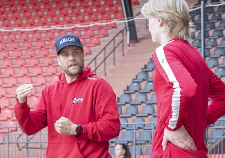 Arkistokuvassa Sami Österlund (vas.) tämän vuoden toukokuussa Mehtimäen stadionilla.