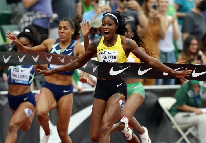 Elaine Thompson-Herah kellotti maailman toiseksi nopeimman ajan naisten 100 metrillä. LEHTIKUVA/AFP