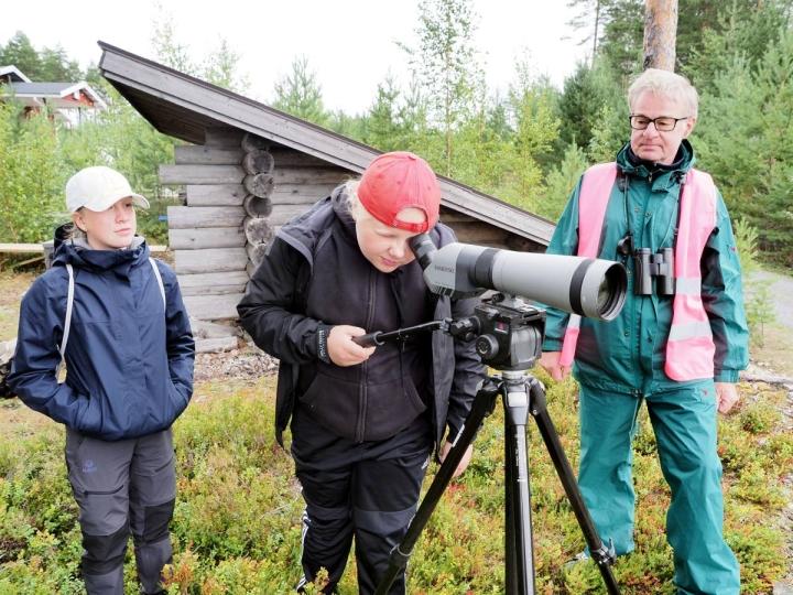 Kimmo Martiskainen kertoi Vilja-Kaisla Hirvoselle (vas.) ja Lyydia Leskiselle, että Puruvedellä on tuhat kilometriä rantaviivaa, kun mukaan lasketaan saaret.