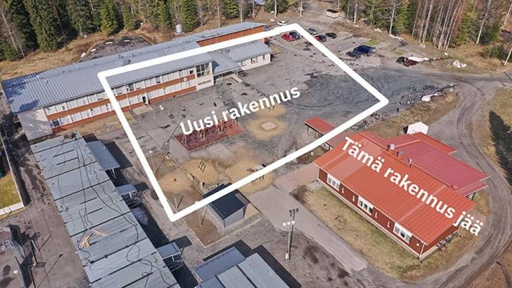 Punakattoinen entinen lukiorakennus hyödynnetään uuden alakoulun käyttöön.