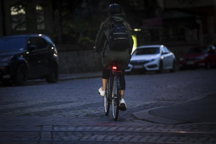 Tieliikennelain uudistus viime vuonna toi polkupyörän punaisen takavalon pakolliseksi pimeän ja hämärän aikaan. LEHTIKUVA / Emmi Korhonen