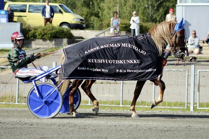Parvelan Retu on uskomaton hevonen, ja kyllä me sillä Pohjoismaiden mestaruuteen myöhemmin syksyllä yritetään, valmentaja Petri Laine sanoi. LEHTIKUVA / Handout / Aada Pölönen / Hippos