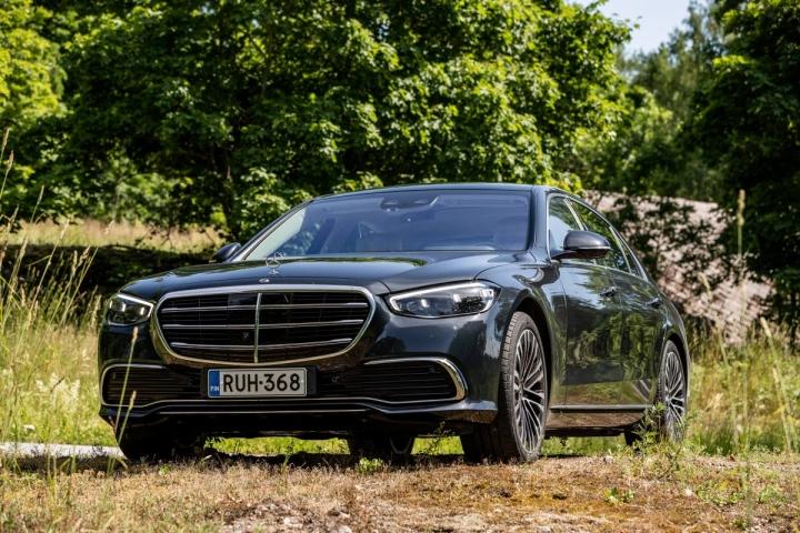 Mercedes esittelee uudessa S-sarjassa jälleen tukun uusia ominaisuuksia. Lopputulos on todella laadukas.