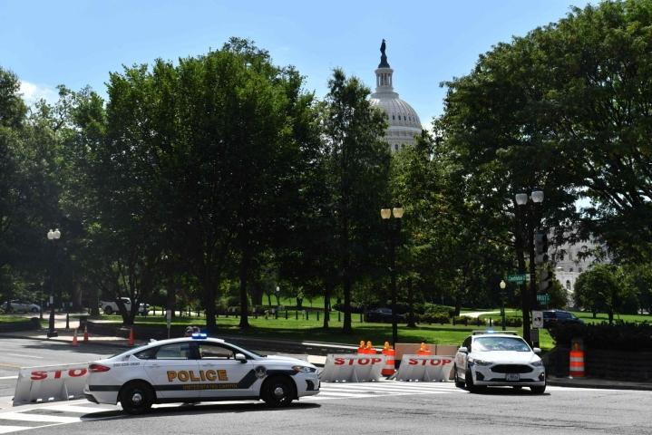 Capitolin poliisin mukaan epäilyttävä ajoneuvo tutkittiin mahdollisten räjähteiden varalta. LEHTIKUVA / AFP