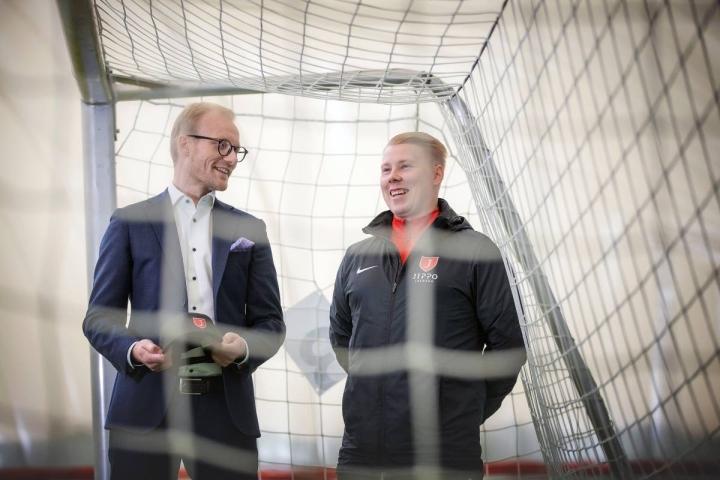 Jippo-junioreiden puheenjohtaja Jani Koivusen (vas.) ja toiminnanjohtajan Mikko Hallikaisen mukaan kutsu Huuhkajapolulle on osoitus seuran hyvästä pitkäjänteisestä työstä.