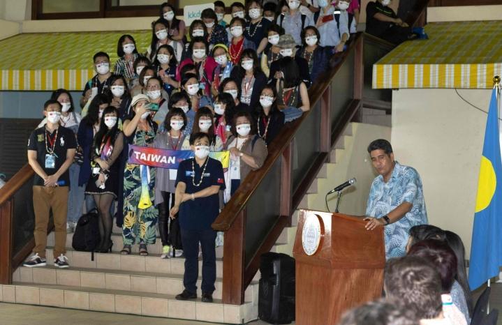 Ennen tätä Palau oli Maailman terveysjärjestön WHO:n mukaan yksi niistä 14 maasta, joissa ei ole virallisesti rekisteröity koronatartuntoja. Kuvassa Palaun presidentti Surangel Whipps ottaa vastaan turisteja Taiwanista matkakuplajärjestelyssä. LEHTIKUVA / AFP