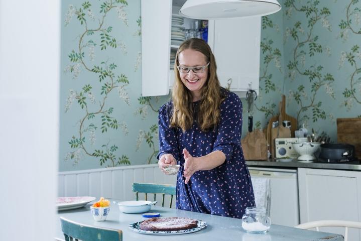 Toimittaja, ruokakirjoittaja Satu Koivisto kannustaa rentoon, yksinkertaiseen ja iloiseen ruoanlaittoon. Suklaakakun taikinassa on yllättävä ainesosa.
