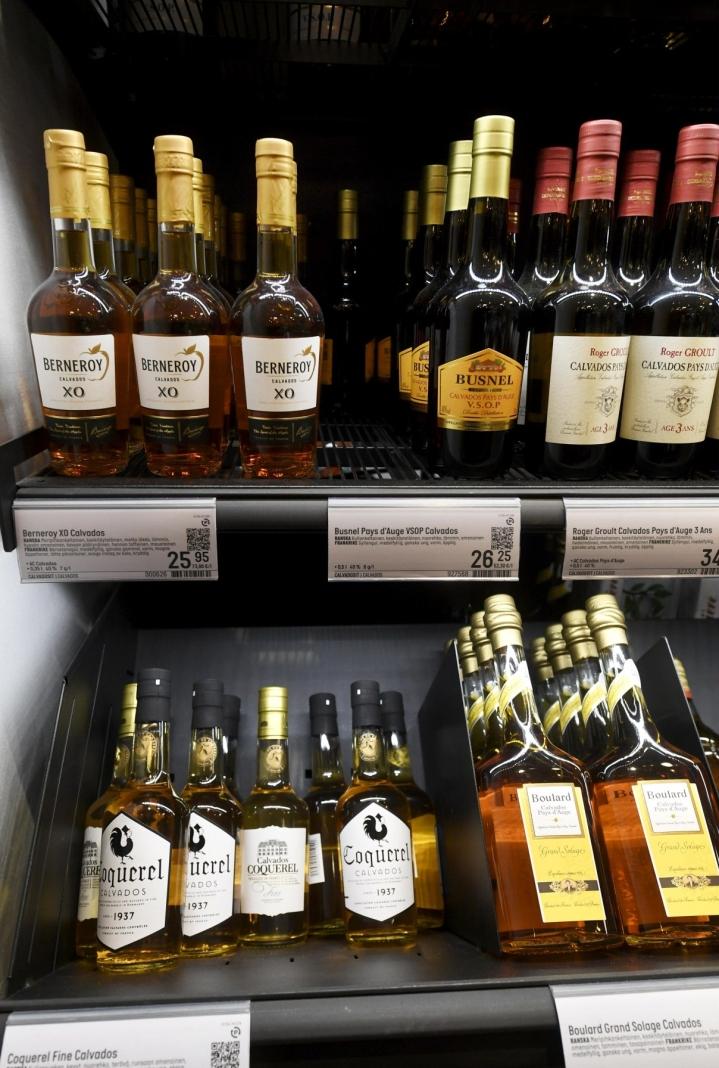 Alkoholijuomien ja tupakan hinnat nousivat veronkorotusten vuoksi 5,2 prosenttia. LEHTIKUVA / Vesa Moilanen