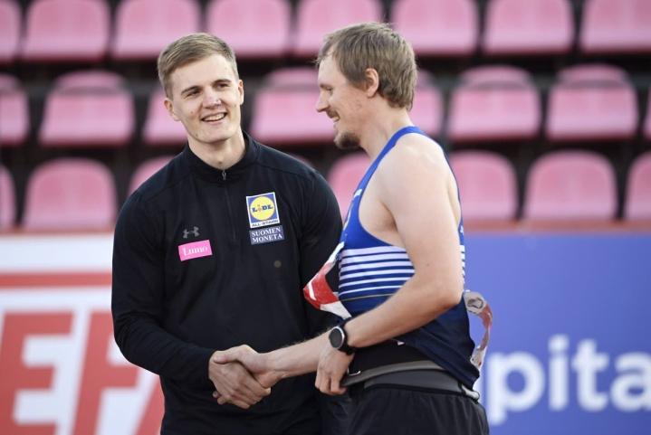 Lassi Etelätalo (oik.) onnitteli rehdisti Suomen mestariksi yltänyttä Oliver Helanderia. Etelätalo ei pystynyt vastaamaan Helanderin pitkään yli 86 metrin siivuun.