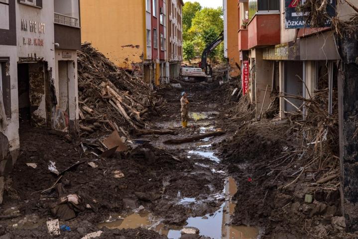 Tulvan aiheuttamia tuhoja Bozkurtin kaupungissa Kastamonun maakunnassa. Lehtikuva/AFP