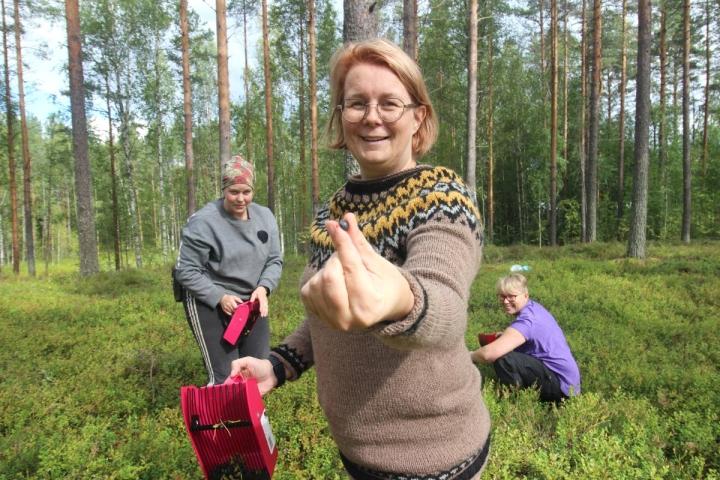 Niina Pekkasen (edessä) mukana mäntykankaalla olivat Katja Myllynen (vas.) ja Annika Kontkanen.