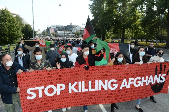 Helsingin keskustassa järjestettiin afganistanilaisia tukeva ja Taleban-äärijärjestön valtaannousua vastustava mielenosoitus lauantai-iltapäivänä. LEHTIKUVA / Mikko Stig