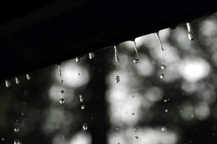 Ilmatieteen laitos kertoo, että tiistai-ilta ja keskiviikon vastainen yö ovat Suomen etelä- ja länsiosissa erittäin sateisia. LEHTIKUVA / Timo Jaakonaho