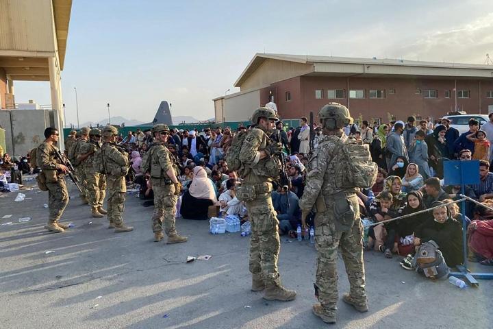 Suomen on määrä päättää tänään sotilaiden lähettämisestä Afganistaniin. Kuvassa yhdysvaltalaissotilaita Kabulin lentokentällä 19. elokuuta 2021. LEHTIKUVA/AFP