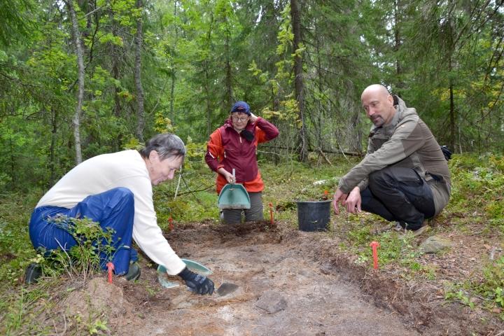 Saara Immonen (vas.) ja Maritta Hattunen osallistuivat viikonloppuna vapaaehtoisina koekaivauksiin. Arkeologi Ville Laakso ohjasi työtä.