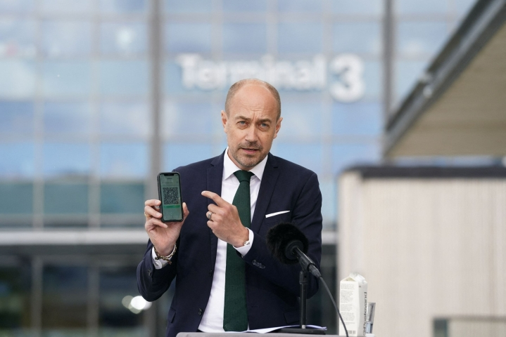 Terveysministeri Magnus Heunicke perustelee päätöstä sillä, että tautitilanne on Tanskassa hallinnassa ja rokotuskattavuus ennätyksellisen korkea. LEHTIKUVA/AFP