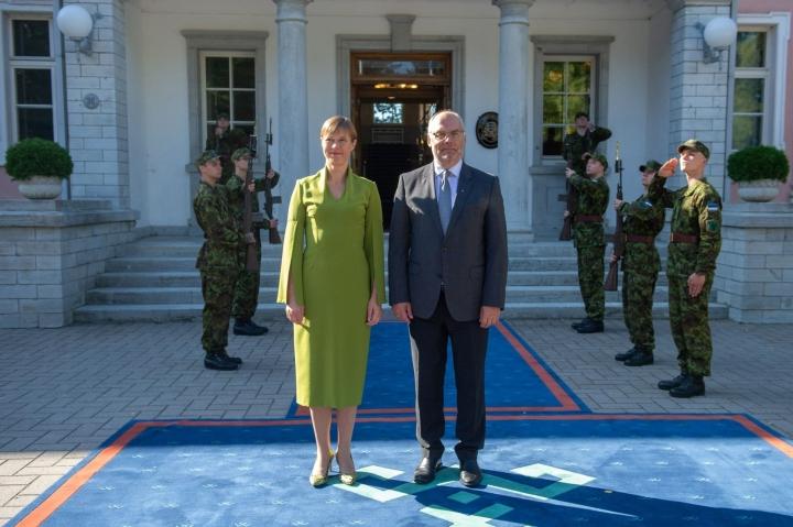 Viron nykyinen presidentti Kaljulaid ja tuleva presidentti Karis. LEHTIKUVA / AFP / RAIGO PAJULA